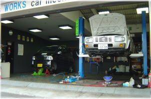 当店は自社整備工場を完備いたしております。納車前の点検整備はこちらで徹底的に行います。点検項目は法定点検項目の電気まわりやエンジン、ブレーキ関係はもちろん、エアコン、オーディオ、サンルーフ、パワーウインドウ、キーレスエントリー等のお車を快適乗っていただく為の装備や、車載工具、スペタイヤジャッキの有無などの万が一のときの為の装備の点検も行います。整備工場は店舗内に併設しておりまして、大阪運輸支局認証工場ですので、納車前の点検、整備はもちろん、納車後の車検、修理、メンテナンス、電球1個の交換から、エンジンの脱着、分解整備まで、安心して是非当店にお任せ下さい。