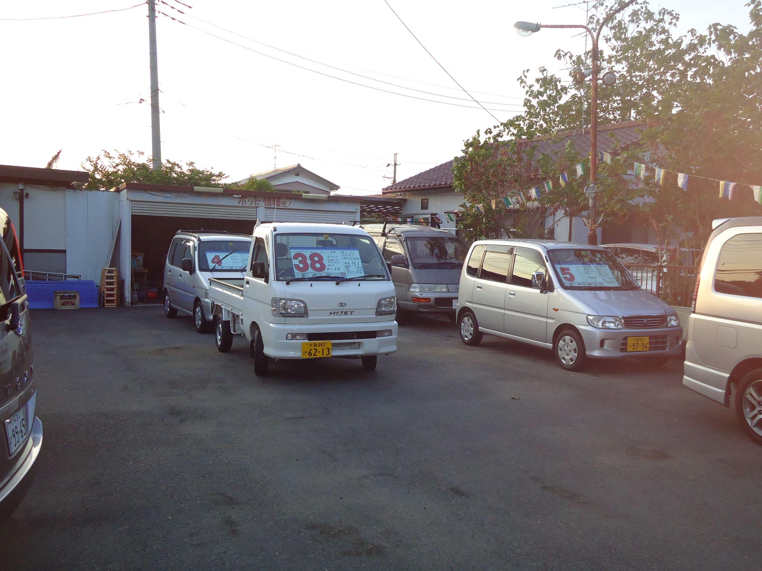 ◆~仕入れ車輌について~◆当店の在庫車両は、値段の割に丁寧に乗られていた車輌を厳選して仕入れております。また、全車輌をポリッシャーにて磨きを掛けてからワックス掛けを行っておりますので、車輌もキレイな状態でご覧頂けます。安かろう悪かろうでは当たり前です。当店は、少しでも金額を抑えるために走行距離多めの車輌が多くなっておりますが、他店さんの同価格帯の車輌と比べれば、かなり丁寧に仕上げていると思います。但し、年式・距離をある程度ご考慮頂き、新車同様の様な過度な期待では無く、あくまで中古車としてご理解頂ければと思います。