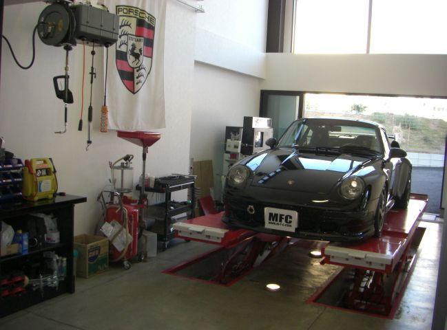 整備メルセデスベンツ・PORCHE専用テスター導入によりハイテク化されたメルセデスベンツ・ポルシェの細やかな故障箇所診断が可能となりました。ベンツ、BMW、VW、アメ車をはじめ各車のエンジン交換、ミッション交換、エバポレーター交換などの重整備も可能です。輸入車整備歴20年以上、ご相談から見積もり、修理まで責任を持って承ります。FAIA会員・スターネットワーク会員 車検「車検」とはお客さまのお車が検査の時点で保安基準に適合しているか安全面や公害面で問題がないかをチェックするものです。検査に合格したことで、有効期間の安全性を保証するものではありません。 一方、「点検」では、次の定期点検までは必要な性能が確保されるように、分解整備を含めた点検整備を行ないます。車検のタイミングに合わせて安全点検を行うとともに、その後の安全走行のために、交換時期が近づいている部品については車検時に交換されることをおすすめします。 当社では、不明瞭な追加整備や過剰整備は勿論、お客様の事前了解なく一方的に整備作業を進めることはありません。不具合個所、交換が必要と思われる個所につきましては、お客様にご報告するとともに、明確な見積もり金額を提示し、お客様のご了解を得てから作業を行いますので安心です。