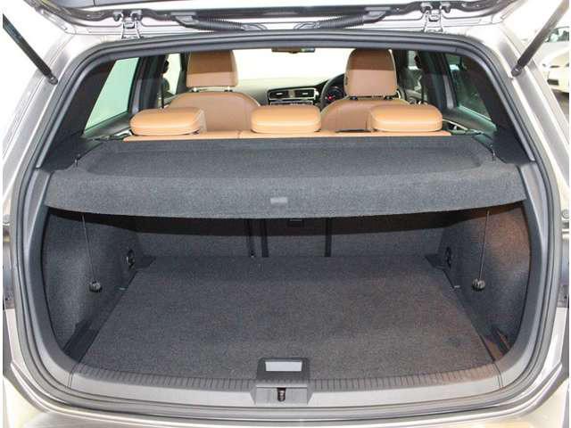 トランク容量もたっぷり、トノカバー付きで荷室のプライバシーを、守ります。