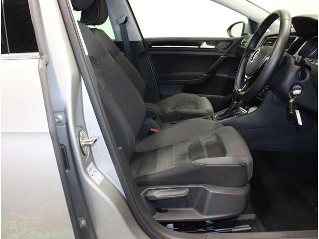 ゆったり座れるシートは、長時間の移動も疲れにくく、快適なドライブを楽しめます。