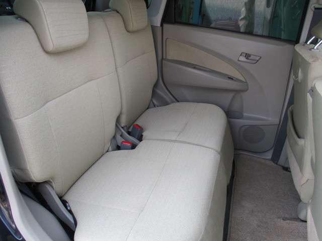 リヤシートは分割式で、前後に大きくスライドしますよ。足元に余裕があるので、後ろの方もゆったりと乗れますよ。