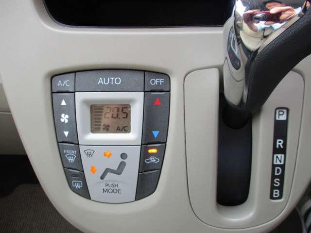 オートエアコン装備で室温調整が簡単です。お好きな温度に設定すれば、風量や吹き出し口を自動で切り替えして室内を快適な温度に保ちます。